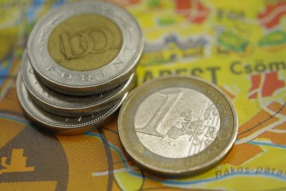 Forint Jumps as Hungary Yields Hit 8-Week Low: Budapest Mover