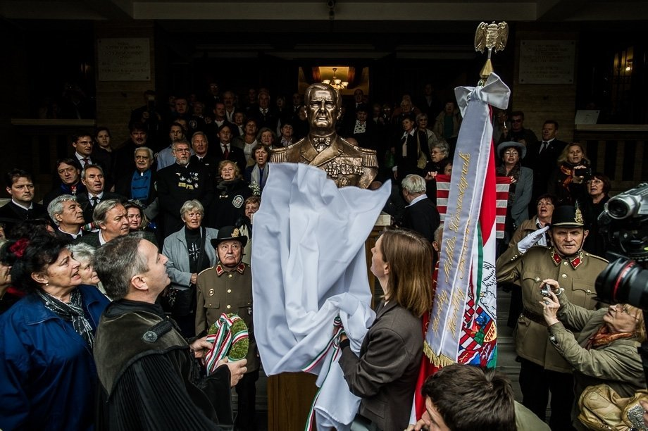 Reformed church pastor reprehended for Horthy bust display