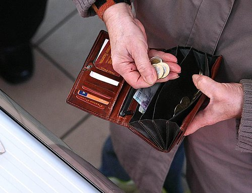 Hungary gross wages up annual 0.9pc