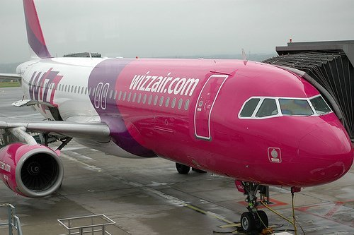 The police asks a passenger to leave as Wizz Air sells to many tickets for their flight to Barcelona