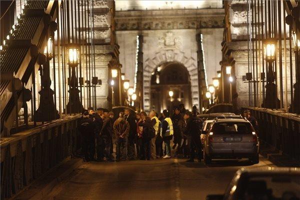 Demonstrators end Chain Bridge block