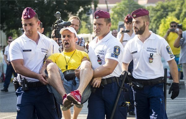 Police remove FX civil movement demonstrators in central Budapest