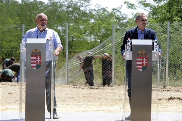 """First """"sample section"""" of border fence completed"""