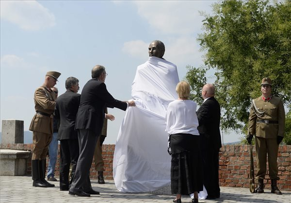 Statue of WWII hero unveiled in Buda Castle
