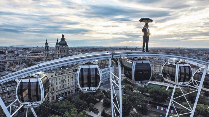 Blikk.hu – Crazy performance above Budapest: with umbrella, in a suit at dizzying height