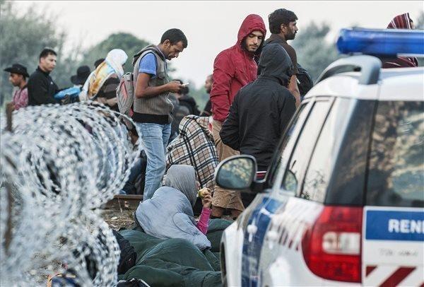 Migrants cut through razor fence on Serbia border