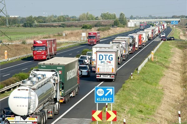 Motorway M1 jams due to stricter Austrian checks for migrants