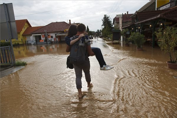 Downpour hits Hungary – Photos, Video