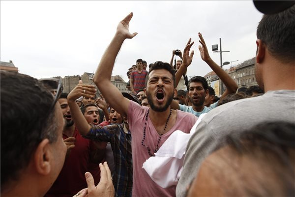 Several thousand migrants at Keleti station – Photos