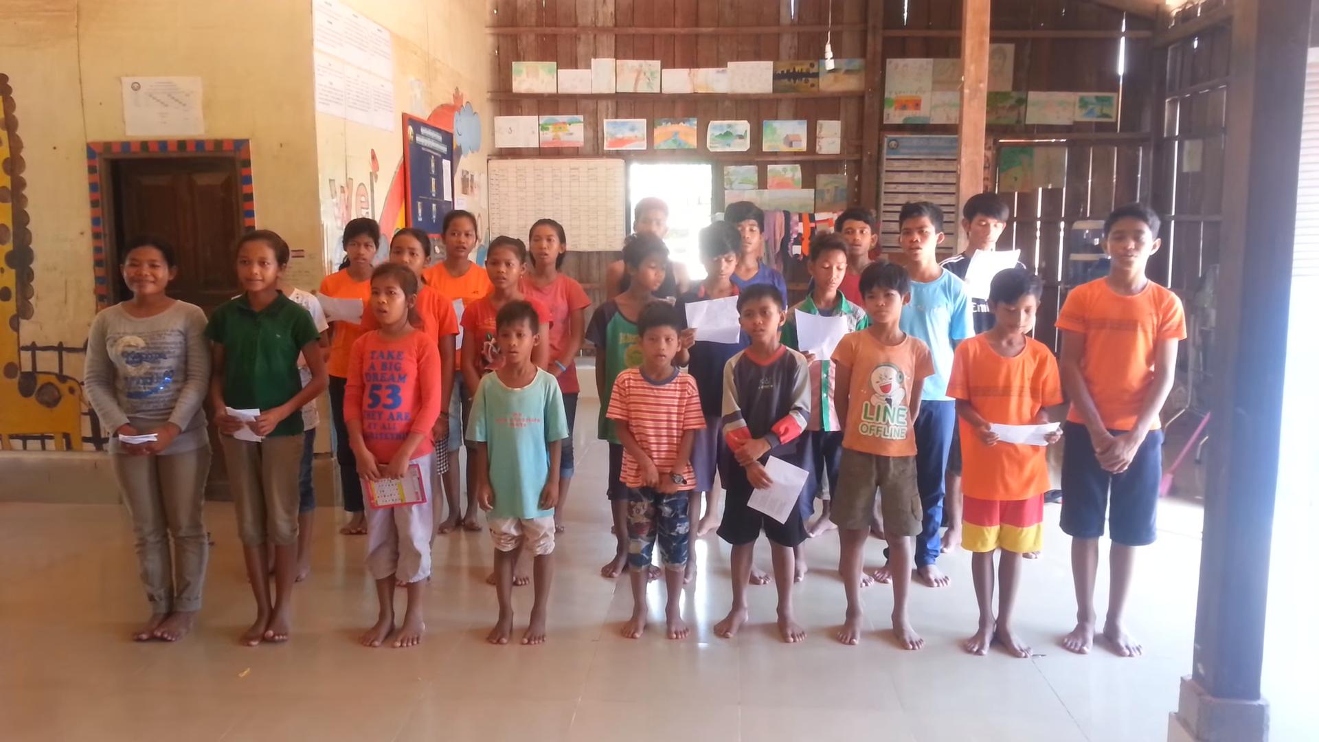 """VIDEO –Cambodian school children singing Máté Péter hit """"Azért vannak a jó barátok"""""""
