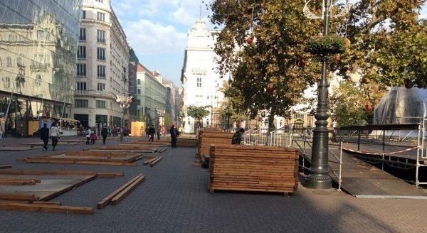 The Christmas market is already being built on Vörösmarty Square