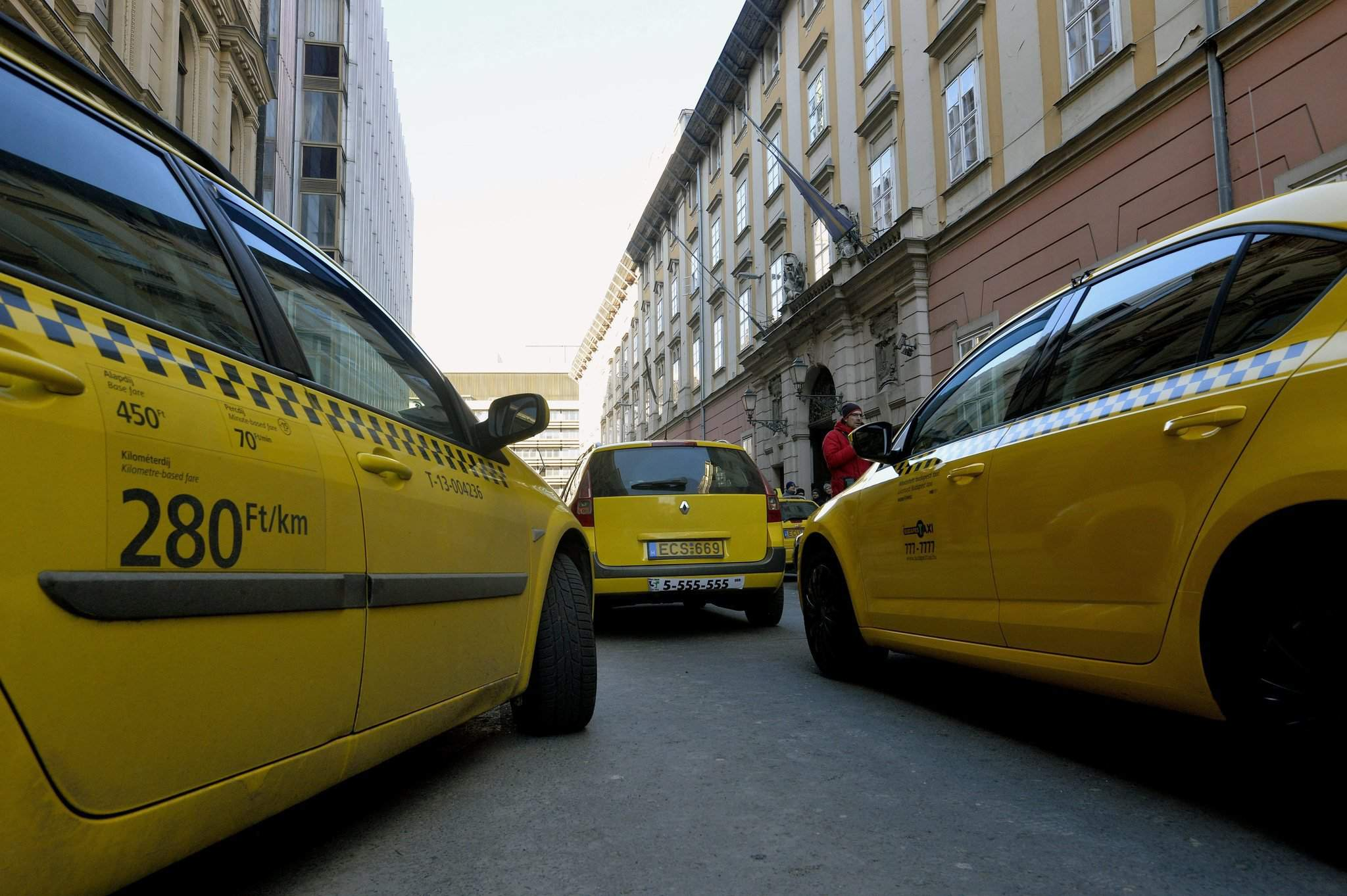 Budapest taxi drivers relaunch protest against Uber-update