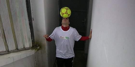 World record: a Hungarian boy climbed 369 floors balancing a ball on his head – VIDEO