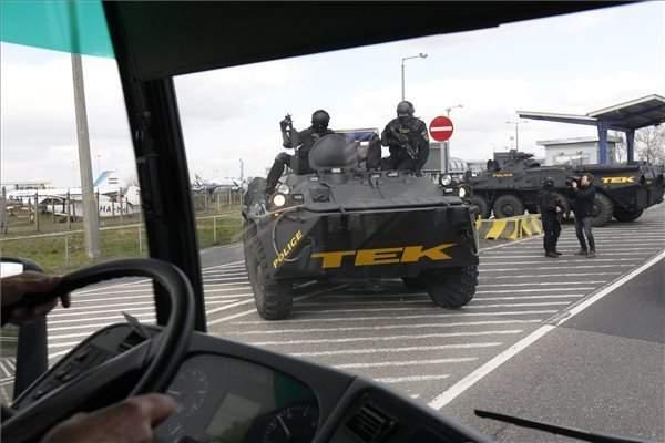 terrorism-budapest-police-tek-airport