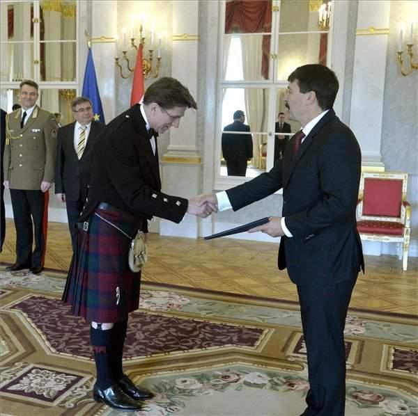New British ambassador speaks Hungarian – VIDEO