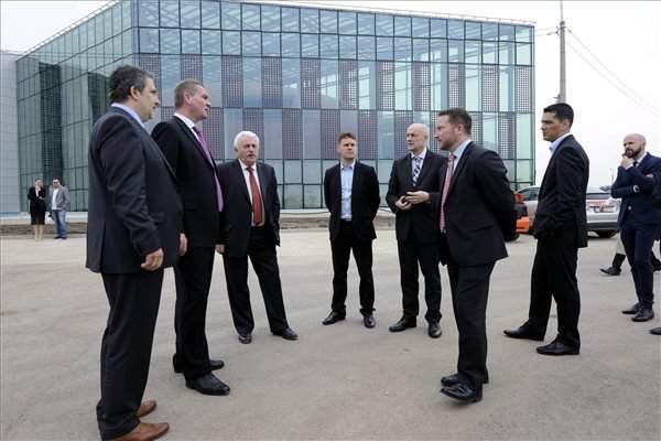 EU commissioner visits Szeged super laser centre