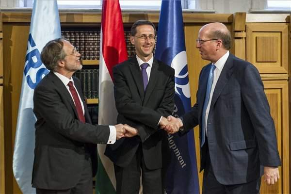 Govt, EBRD sign deal on each buying 15 pc stakes in Erste Bank