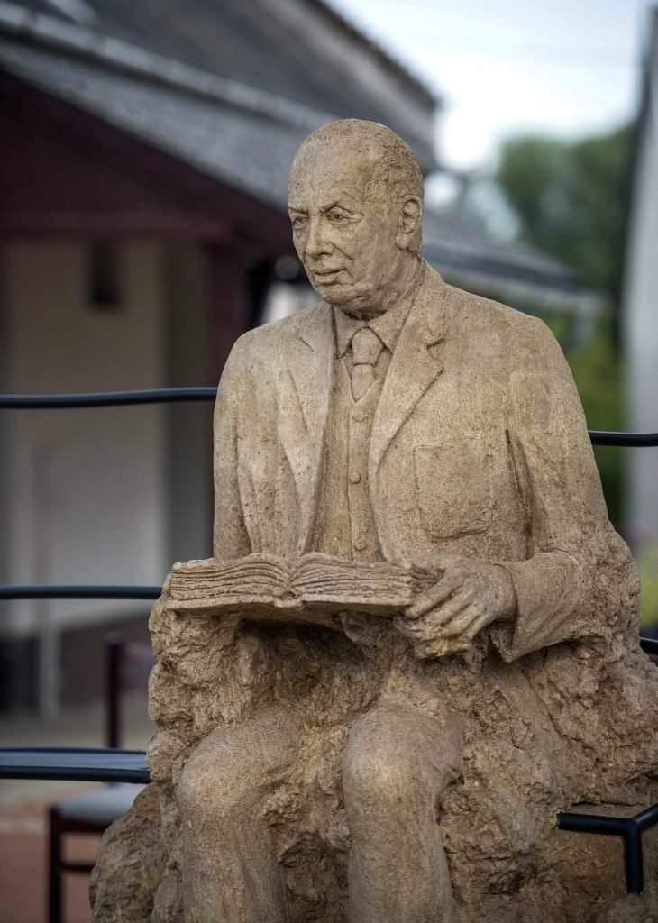 Mádl Ferenc-statue