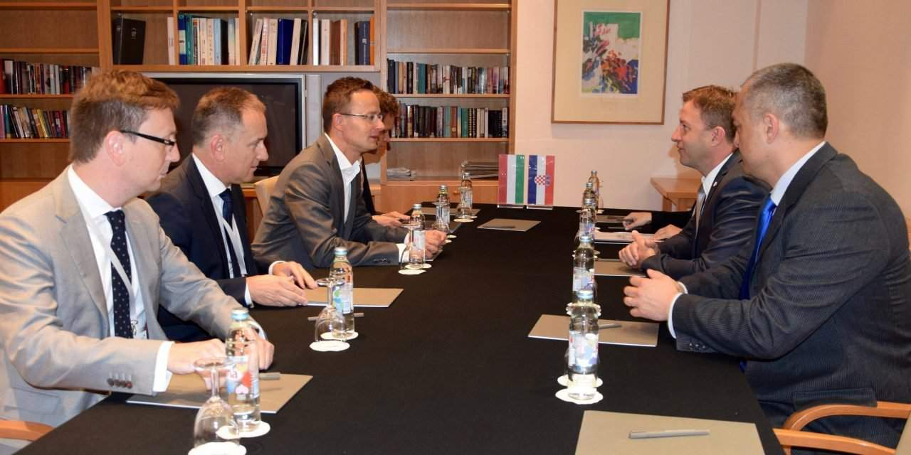 Hungarian foreign minister discusses MOL-INA conflict with Croatian economy minister