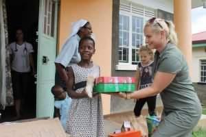 ahu-volunteer-children-help