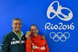 Rio de Janeiro, 2016. augusztus 7. A párbajtõrben olimpia bajnok Szász Emese edzõjével, Kulcsár Gyõzõvel a 2016-os riói nyári olimpia nõi párbajtõr versenye eredményhirdetése utáni sajtótájékoztató végén a Rio de Janeiró-i 3-as Karióka Arénában 2016. augusztus 6-án. Szász Emese a döntõben 15-13-ra gyõzött az olasz Rossella Fiamingo ellen. MTI Fotó: Czeglédi Zsolt