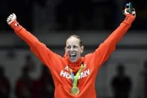 Rio de Janeiro, 2016. augusztus 6. A párbajtõrben olimpia bajnok Szász Emese örül az eredményhirdetésen a Rio de Janeiró-i 3-as Karióka Arénában 2016. augusztus 6-án. Szász Emese a 2016-os riói nyári olimpia nõi párbajtõrversenye döntõjében 15-13-ra gyõzött az olasz Rossella Fiamingo ellen. MTI Fotó: Czeglédi Zsolt