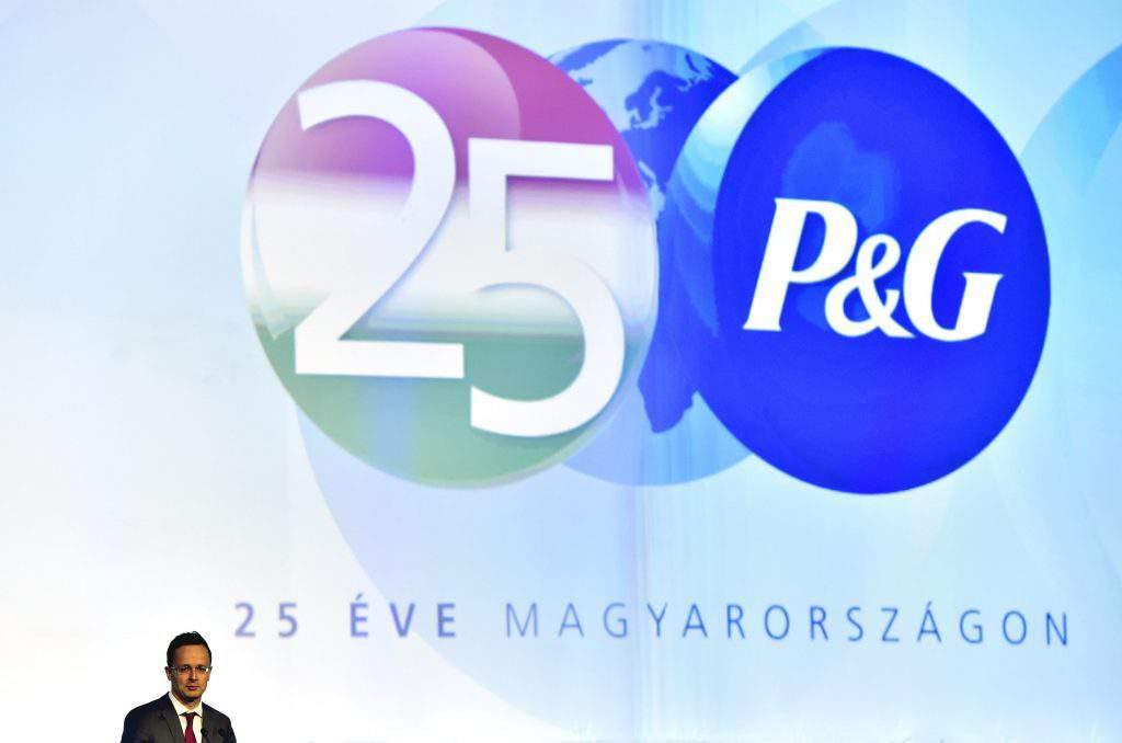 Csömör, 2016. szeptember 27. Szijjártó Péter külgazdasági és külügyminiszter beszél a kormány és Procter & Gamble vállalat stratégiai megállapodása aláírása után az amerikai cég magyarországi mûködének 25. évfordulója alkalmából rendezett ünnepségen 2016. szeptember 27-én. MTI Fotó: Máthé Zoltán