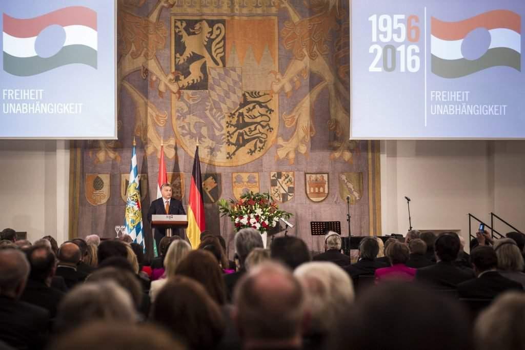 München, 2016. október 17. Orbán Viktor miniszterelnök beszédet mond a müncheni magyar fõkonzulátus 1956-os megemlékezésén, a bajor tartományi gyûlés (Landtag) épületében 2016. október 17-én. MTI Fotó: Miniszterelnöki Sajtóiroda/Szecsõdi Balázs