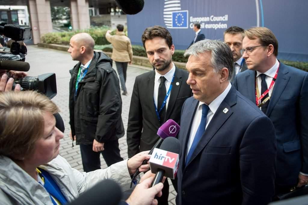 Brüsszel, 2016. október 20. A Miniszterelnöki Sajtóiroda által közreadott képen a kétnapos brüsszeli csúcstalálkozójára érkezõ Orbán Viktor miniszterelnök nyilatkozik az Európai Tanács ülése elõtt 2016. október 20-án. Közvetlenül mögötte jobbra Rogán Antal, a Miniszterelnöki Kabinetirodát vezetõ miniszter, balra Havasi Bertalan, a Miniszterelnöki Sajtóiroda vezetõje. MTI Fotó: Miniszterelnöki Sajtóiroda/Botár Gergely
