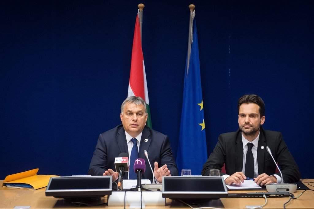 Brüsszel, 2016. október 21. A Miniszterelnöki Sajtóiroda által közreadott képen Orbán Viktor miniszterelnök (b) sajtótájékoztatót tart az Európai Tanács kétnapos csúcstalálkozója után Brüsszelben 2016. október 21-én. Mellette Havasi Bertalan, a Miniszterelnöki Sajtóiroda vezetõje. MTI Fotó: Miniszterelnöki Sajtóiroda/botár Gergely