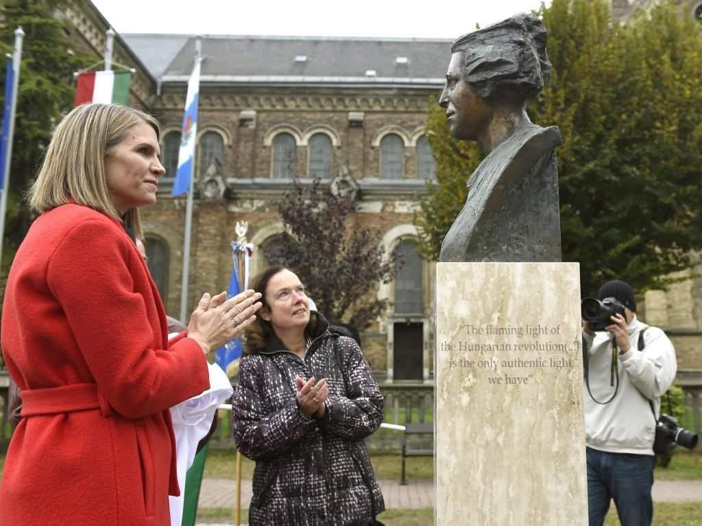 2016. október 20. Colleen Bell, az Egyesült Államok budapesti nagykövete (b) és Claudia Walpuski, Németország budapesti nagykövetségének sajtóattaséja az 1956-os forradalom alkalmából tartott megemlékezésen a XV. kerületi Széchenyi téren lévõ 1956-os szoborparkban, ahol felavatták Hannah Arendt filozófus és Zbigniew Herbert költõ szobrát 2016. október 20-án. MTI Fotó: Bruzák Noémi