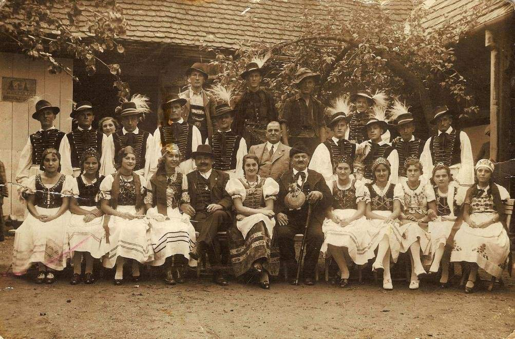 Group picture from 1935: The participants of the Nógrádverőce' Harvest Fest. Both woman and man wear the local folklor costume. Source: fortepan.hu (74325, Gyurcsok Gabriella)