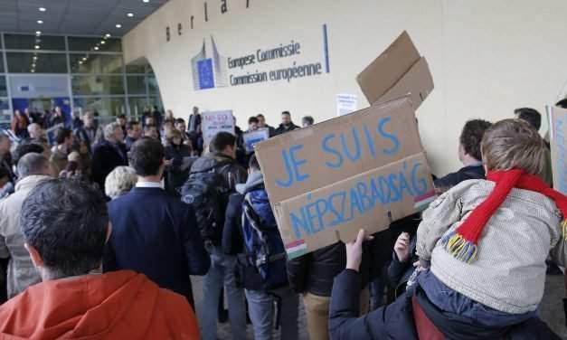 Demonstration held against Népszabadság closure in Brussels