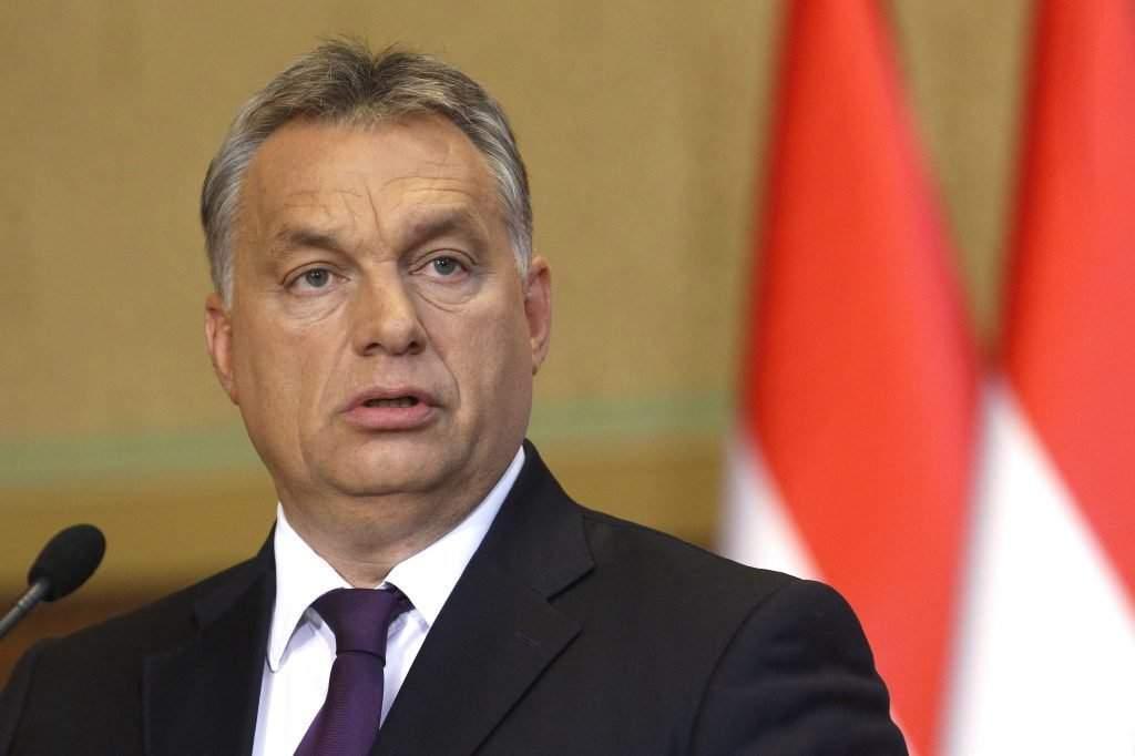 Budapest, 2016. október 4. Orbán Viktor miniszterelnök beszél a Kósa Lajossal, a Fidesz frakcióvezetõjével az október 2-ai kvótareferendummal kapcsolatban közösen tartott sajtótájékoztatón az Országházban 2016. október 4-én. MTI Fotó: Szigetváry Zsolt