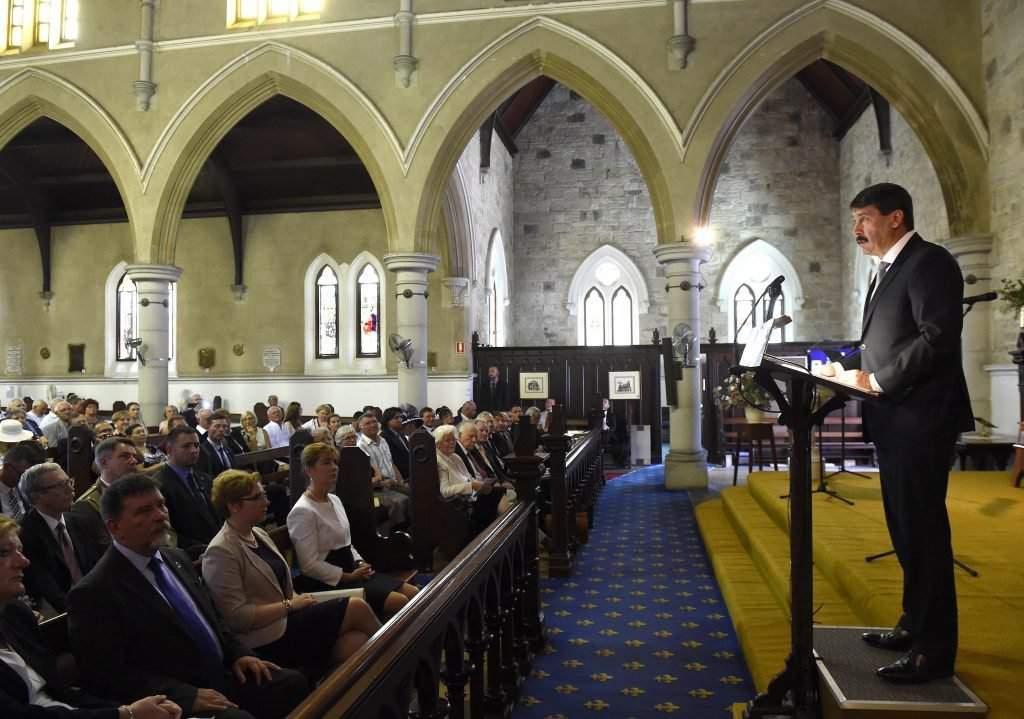 Brisbane, 2016. november 12. Áder János köztársasági elnök beszédet mond az Ausztráliai Magyar Református Egyház fennállásának 65. évfordulója alkalmából rendezett szentmisén a brisbane-i Szent Pál-templomban 2016. november 12-én. Az elsõ sorban Haszonicsné Ádám Mária, a Köztársasági Elnöki Hivatal fõigazgatója, Gruber Attila nagykövet és Herczegh Anita, az államfõ felesége (b-j). MTI Fotó: Bruzák Noémi