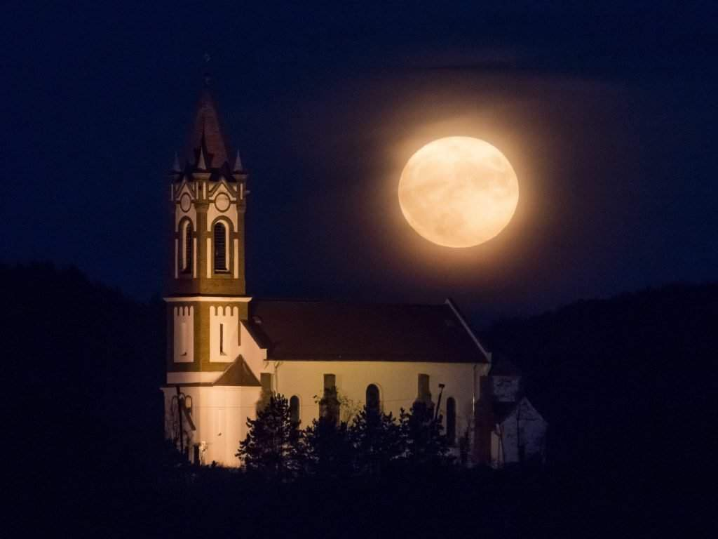 Sóshartyán, 14 November 2016. Supermoon appears above Heart of Jesus Roman Catholic Church in Sóshartyán on November 14, 2016. Photo: Peter Komka / MTI
