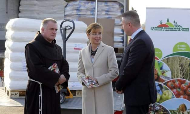Hungary's First Lady hands over food donation to charity in Transylvania