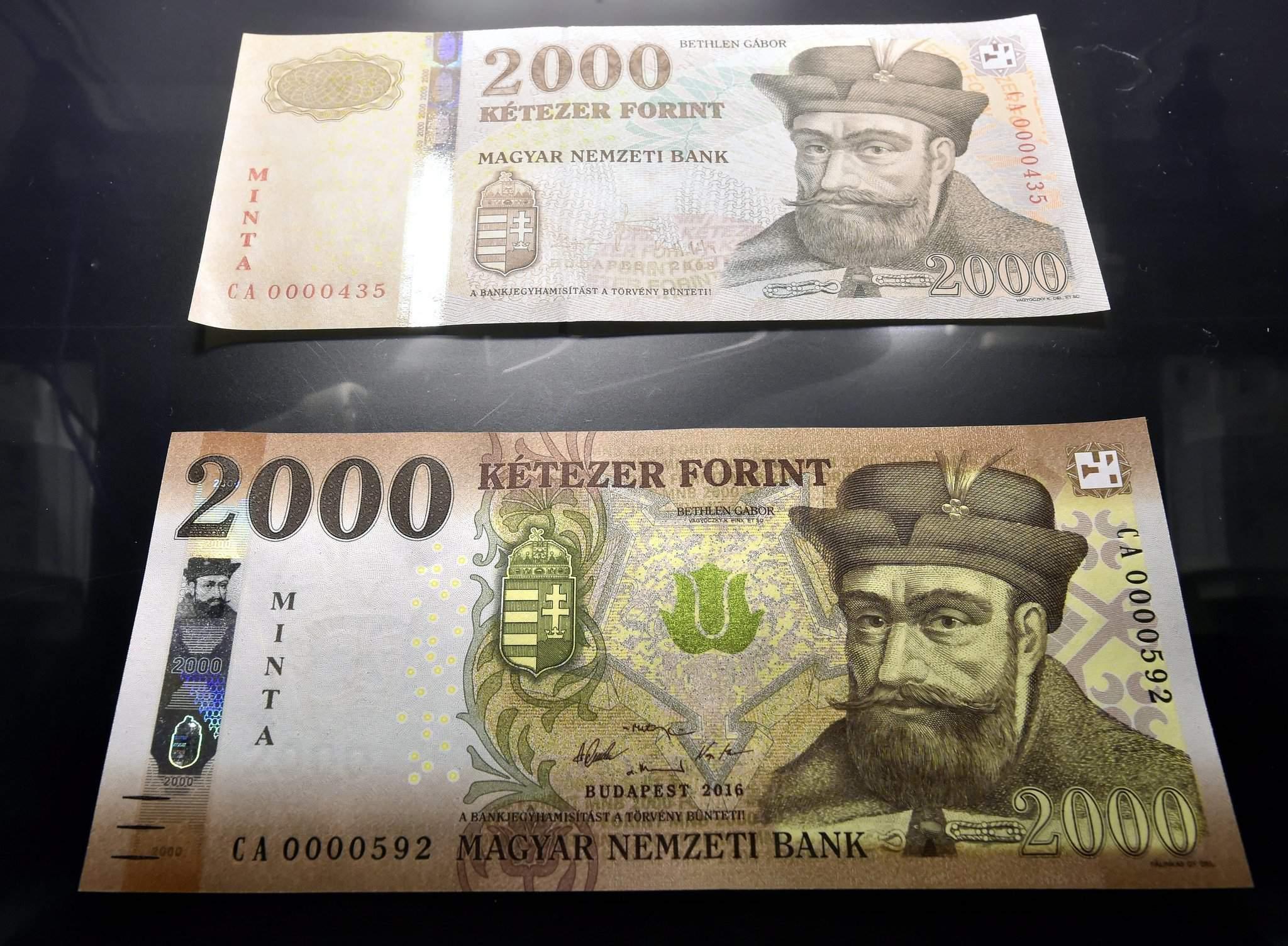 Budapest, 2016. november 14. Az új 2000 forintos bankjegy mintája (alul) az azonos címletû jelenlegi bankjegy mellett a Magyar Nemzeti Bank (MNB) fõvárosi székházában tartott sajtótájékoztatón 2016. november 14-én. Megújulnak a 2000 és az 5000 forintos címletû bankjegyek, az új bankók november 15-étõl válnak törvényes fizetõeszközzé, de a készpénzforgalomban csak 2017. március 1-jétõl lehet találkozni velük. A jelenlegi bankjegyek 2017. július 31-ig maradnak a készpénzforgalomban. MTI Fotó: Máthé Zoltán