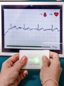 Budapest, 2016. november 23. A WIWE elnevezésû orvostechnológiai (diagnosztikai) eszközhöz tartozó applikáció felhasználói felülete egy tableten a Sanatmetal Kft. bemutatóján, a Magyar Tudományos Akadémián tartott sajtótájékoztatón 2016. november 23-án. A magyar találmány az EKG görbét mérve figyelmeztet a pitvari fibrilláció következtében kialakuló stroke és a hirtelen szívmegállás kockázatára. MTI Fotó: Szigetváry Zsolt