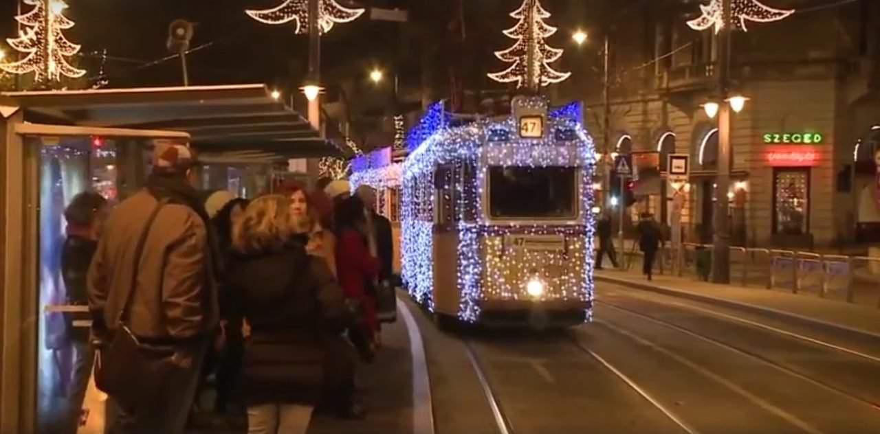 Moving surprise-performance on a Budapest tram viewed by millions – VIDEO