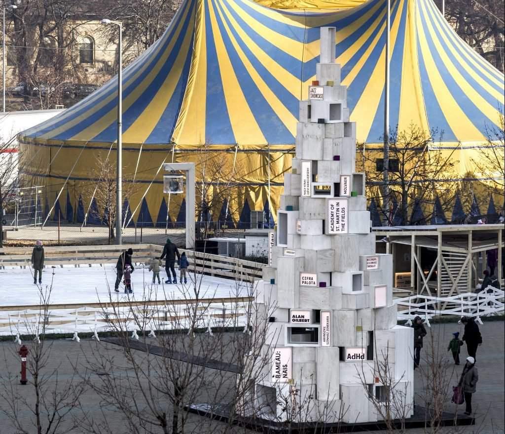 Budapest, 2016. december 4. Cirkuszi sátor és a Hello Wood építészeti és design alkotócsoport karácsonyfa-installációja a Mûvészetek Palotája mellett 2016. december 4-én. Az intézmény Müpa Kultúr Kültér címmel rendez programokat az épület mellett létesített jégpályán, cirkuszban és az elõtérben felállított harangjátéknál 2017. január 6-ig. MTI Fotó: Szigetváry Zsolt