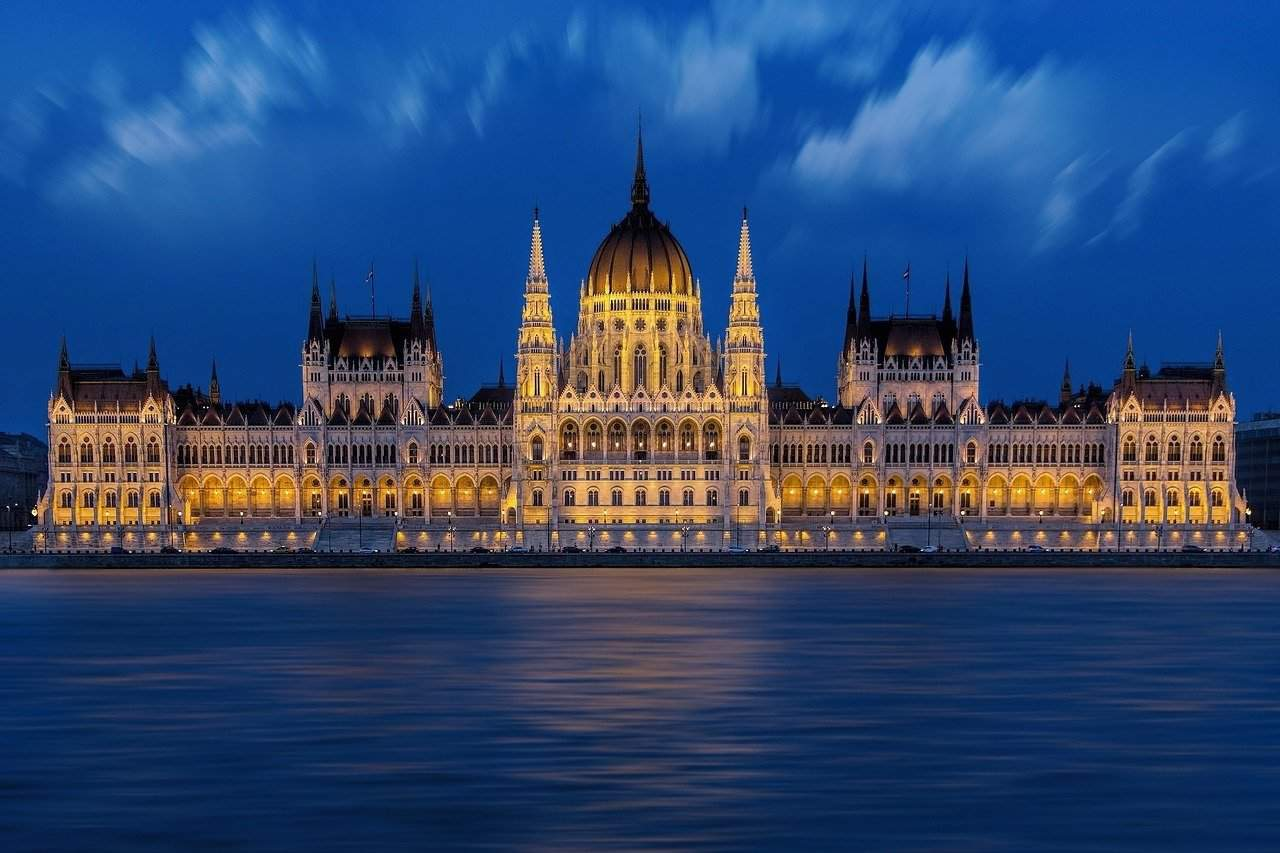 Budapest by night is enthralling - VIDEO