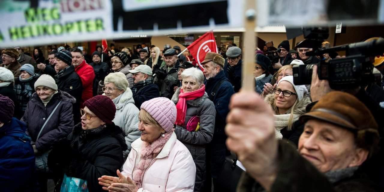 Socialists protest delay in Metro 3 refurbishment, Olympic plans