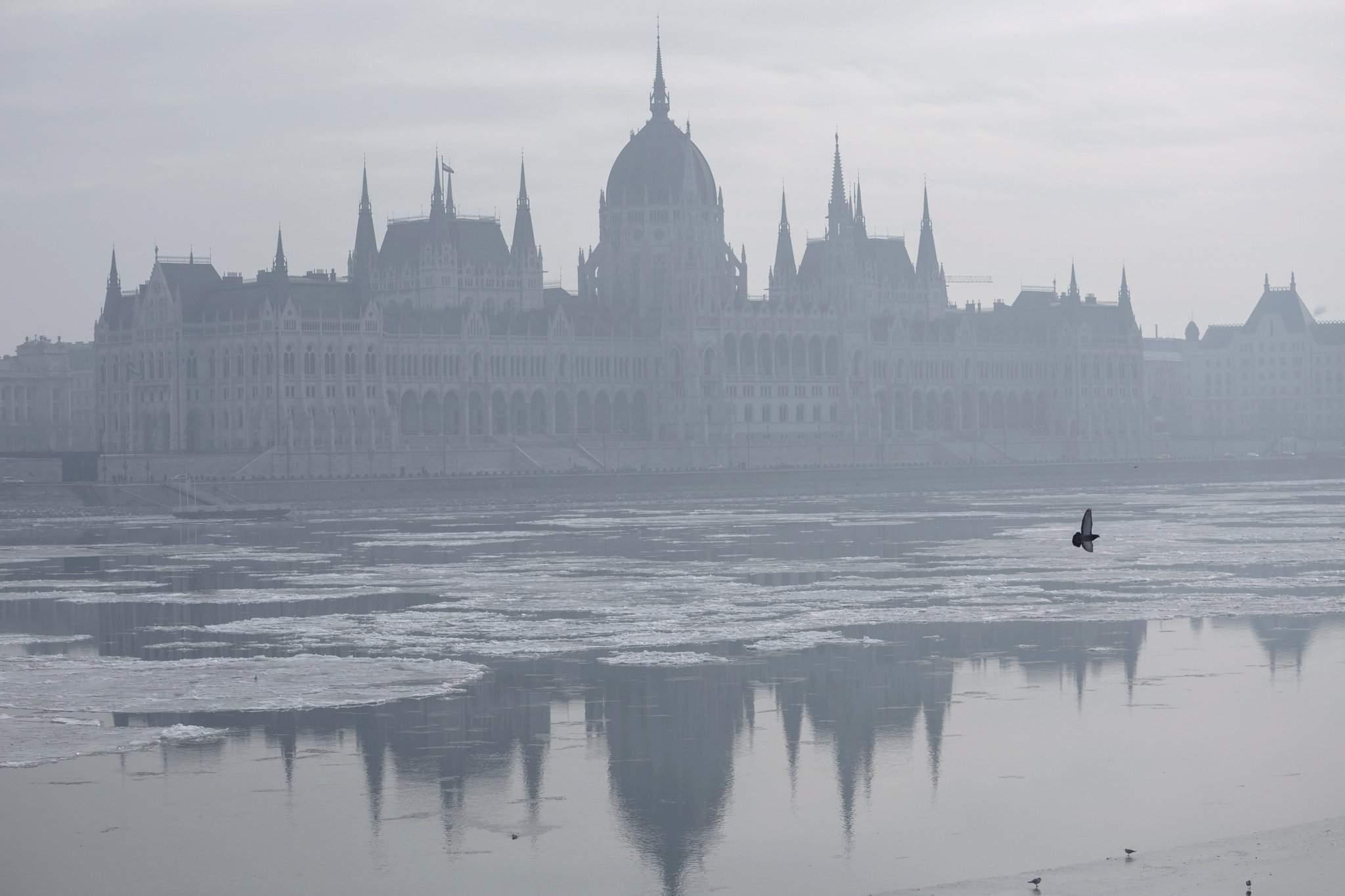 budapest-smog-alert-parliament