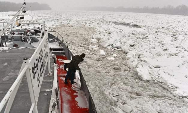 Hungary sends further icebreakers to help Serbia