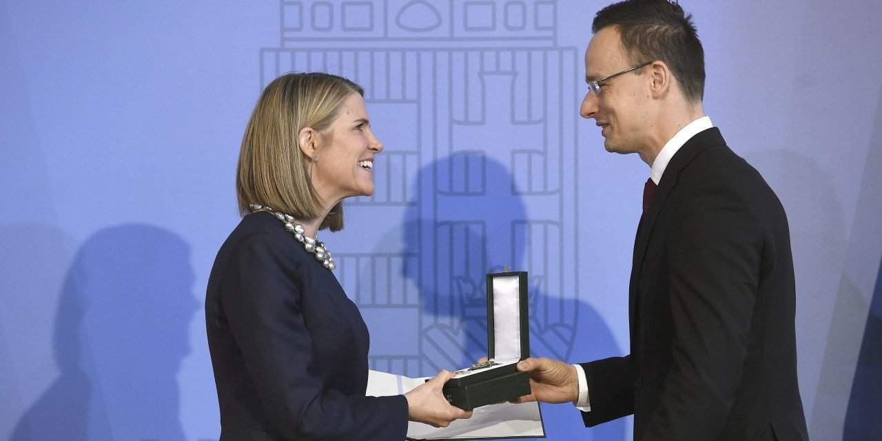 Hungary's foriegn minister decorates outgoing US ambassador