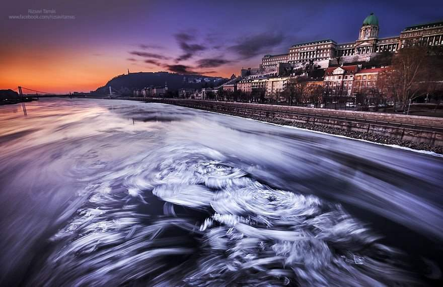 The rare view of the frozen Danube in Budapest – Photos of Tamás Rizsavi