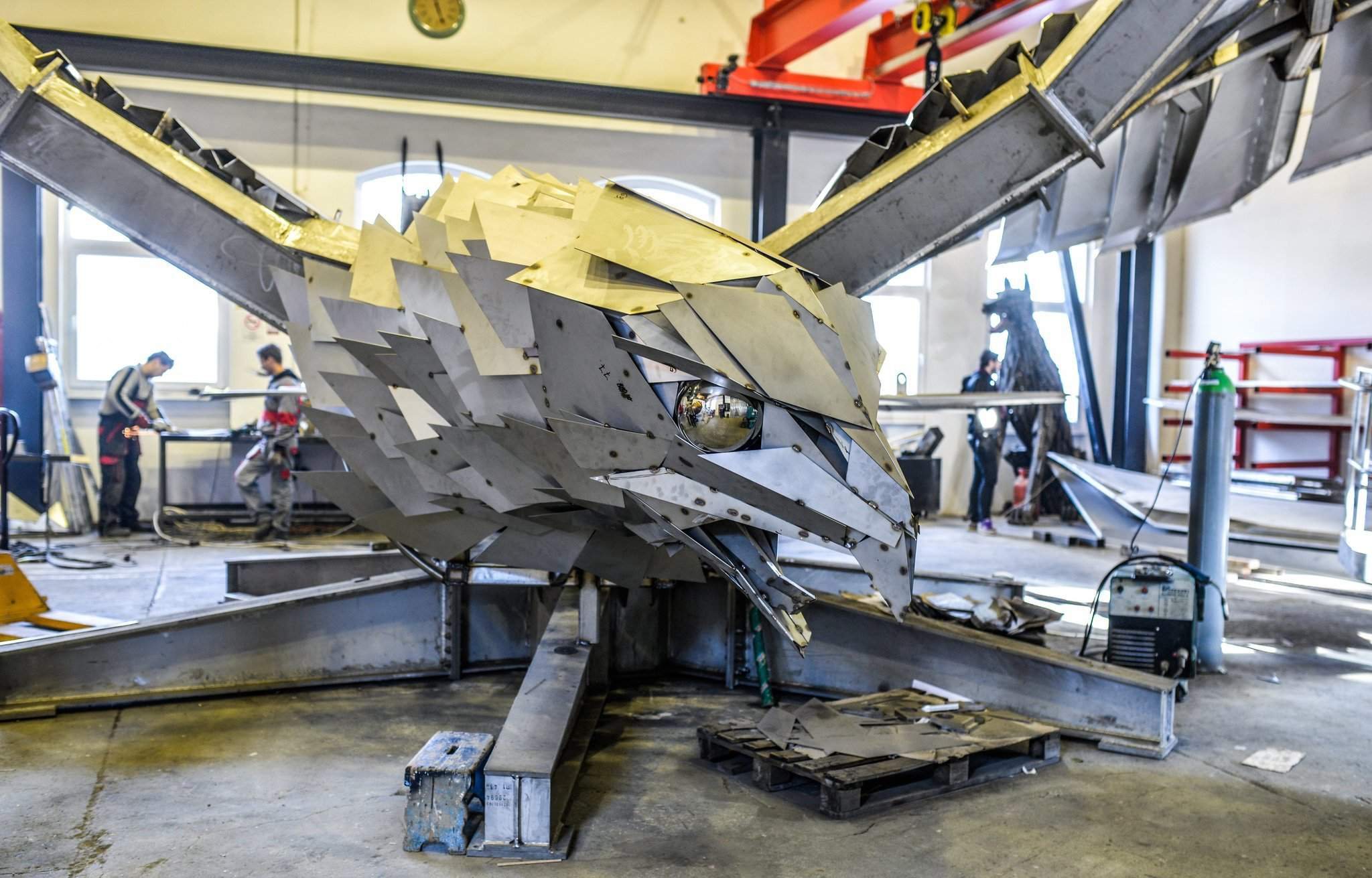 Hungarian artist to create the largest bird statue for an for Mercedes benz stadium falcon statue