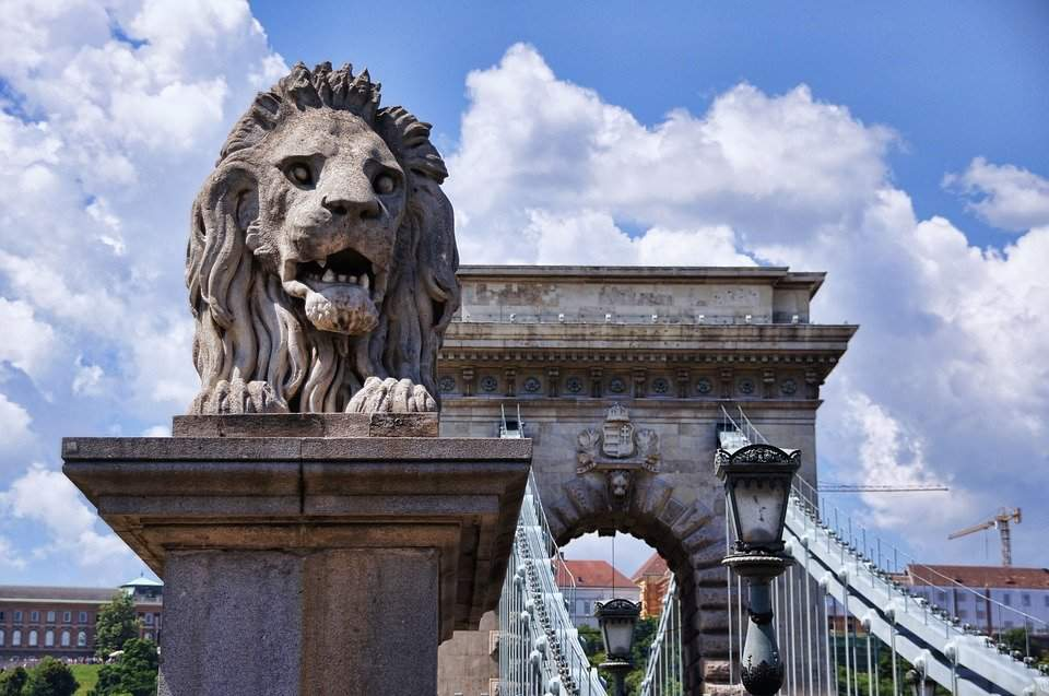 The legend about the stone lions of the iconic Chain Bridge