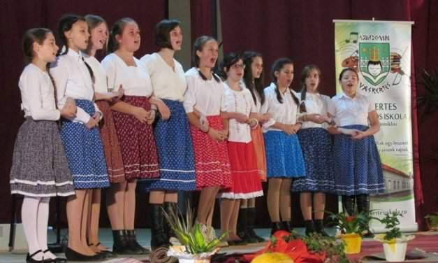 Association working for the preservation of Hungarian language gives donation to Transylvanian schools